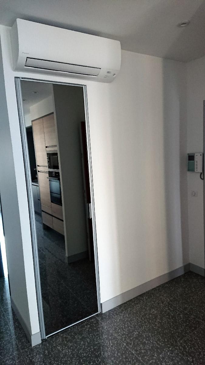 d coupe miroir sur mesure et pose miroir dans un couloir. Black Bedroom Furniture Sets. Home Design Ideas